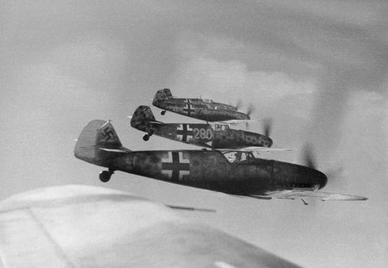 Bf-109s in formation, Reichsgebiet.- Jagdflugzeuge Messerschmitt Me 109 im Flug; nach 20. Juli 1944; Eins kp Lw zbV DateDecember 1944