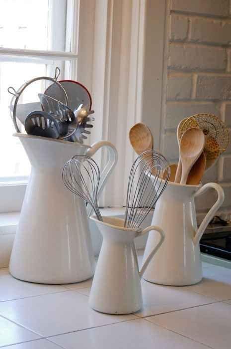 Die SOCKEBÄRT-Vase bewahrt Küchenutensilien auf elegante Art auf.