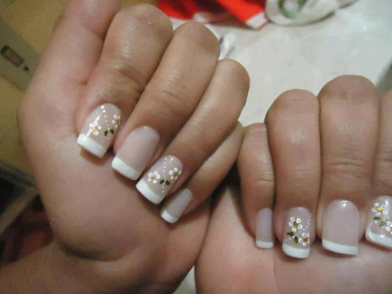 Uñas decoradas con flores blancas ♥ ♥ ♥