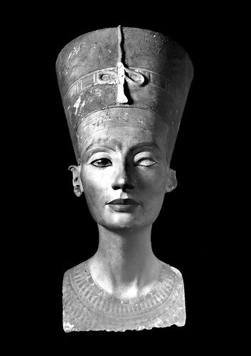 Tell el-Amarna, 6/12/1912 : Premieres photos du buste de Nefertiti prises par la Deutsche Orient Gesellschaft, apres sa sa decouverte.         <br /> Tell el-Amarna, 6 December 1912. First photos of Nefertiti bust made by the Deutsche Orient-Gesellschaft, after his his discovery.