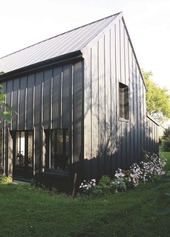 """Imaginée par l'architecte Aurélien Lespinas, cette maison économique est enveloppée de zinc. Le zinc existe sous forme de plaques ou de bardeaux (""""Anthra-zinc"""", à partir de 110 euros HT le m², VMZinc)."""