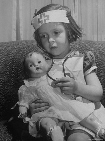 Evelyn Mott playing Nurse with doll as parents adjust children to abnormal conditions in wartime Lámina fotográfica