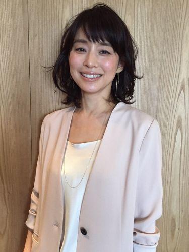 ベージュのカーディガンを着ている石田ゆり子