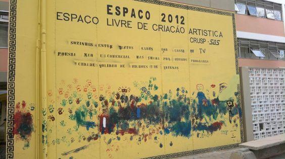Painél do espaço livre de criação artística do CRUSP, movimento que provavelmente contou com a participação de seus moradores na execução de uma peça gráfica combinando texto e imagem. Destina-se a todos que passem pelo local.