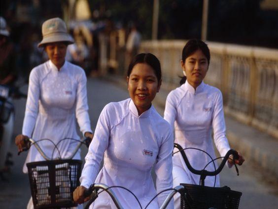 No Vietnã, as meninas usam um vestido branco como uniforme