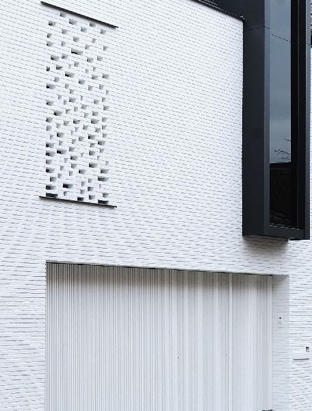 Deze rijwoning is afgeschermd voor de drukte, maar open naar het groen • Architect: Bettina Luyten (nieuwbouw • modern • witte gevel • raamkader)