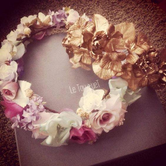 Elegante corona de flores con distintos colores y acentos metalizados - Foto Tocados Le Touquet