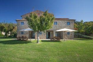 Villa Odissea    Italien - Toskana    www.sonnigetoskana.ch     Arezzo, 11 Schlafzimmer, Privater Pool. Bei Castelfranco di Sopra liegt dieses ruhig und idyllisch im Grünen gelegene Anwesen, von dem aus man einen wunderbaren, weiten Blick in die landschaftliche Umgebung geniesst. Das Anwesen verteilt sich über zwei Häuser. #toskanavillen #italyvillas #tuscanyvillas #italianvillas #Toskana #Ferienhaus #Casalio #Urlaub #Reisen #Villa #SonnigeToskana #Luxus #VillaOdissea