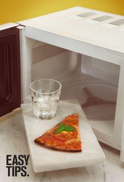 EasyTips: Zet bij het opwarmen van je pizza een glas water ernaast in de magnetron. De pizza smaakt lekkerder en frisser.