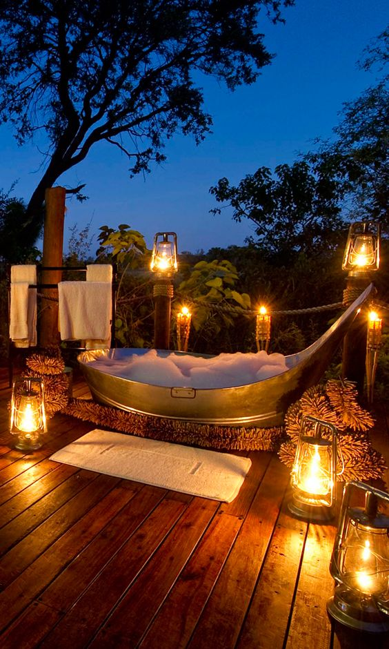 Taking a bath outside sounds dreamy, but it isn't exactly easy. For one, it's not like you can just plop your tub outside in your backyard. Which may be why hotels and lodges that give you the option for a little al fresco soaking right in your room are becoming more and more common.
