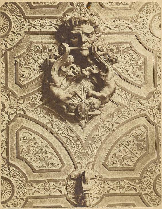 Aldaba de la Puerta de los Leones de la Catedral de Toledo hacia 1875.  Fotografía de Casiano Alguacil © Museo del Traje. Centro de Investigación del Patrimonio Etnológico. Ministerio de Educación, Cultura y Deporte