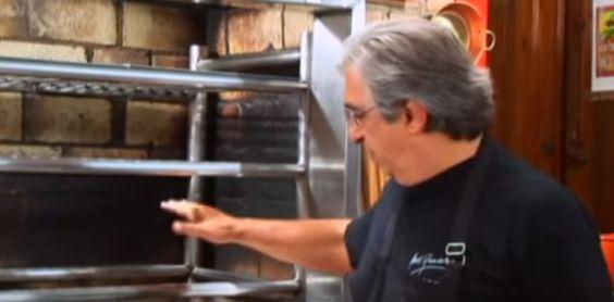 Para saber se o fogo está perfeito para começar a assar a carne, basta usar a sua mão como termômetro. | 12 coisas que você precisa saber para ser um churrasqueiro de responsa
