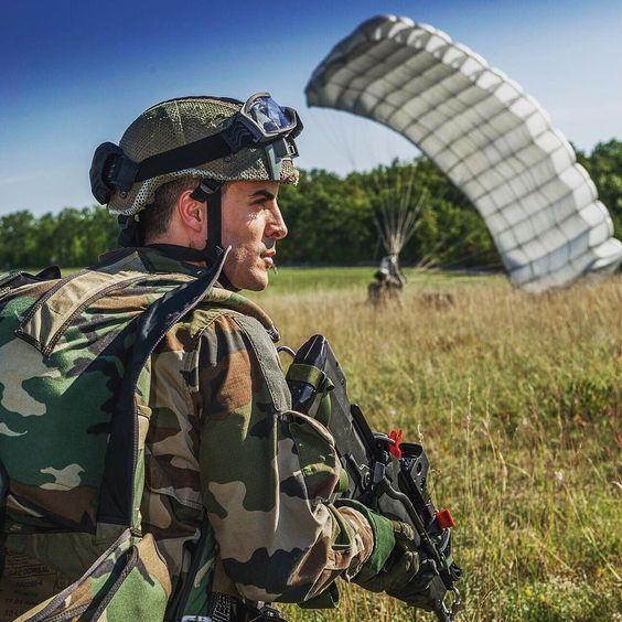 [Série : BAC KAN 2015] 1re phase de l'exercice #BAC KAN 2015 : arrivee du groupe #commando parachutiste. Ce groupe vient baliser et securiser la zone avant l'operation aeroportee.  Il s'agissait d'un #exercice aeroporte sur le #camp militaire de #Caylus mene par le 17e #regiment du #genie #parachutiste de #Montauban. Cet exercice regimentaire de 36 heures deroulait les differents savoir-faire du soldat du #sapeur et du parachutiste.  Photo : C. Bordères/@armee2terre #french #frencharmy…