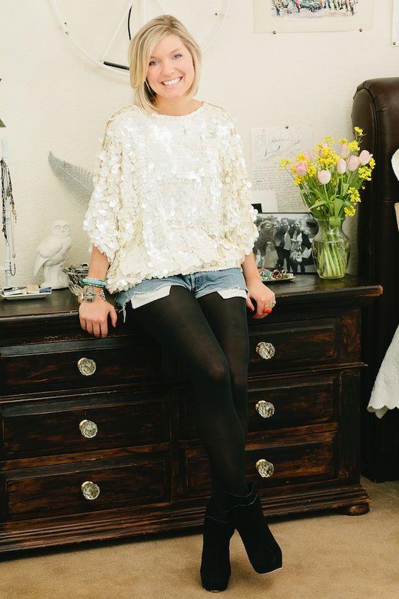 Medias negras + un short playero + una linda blusa = perfecto para una noche casual