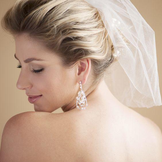Delicado véu curto Camila para noiva de tule francês com brilho. Para usar com penteados de cabelos meio presos ou coques, R$200,00.