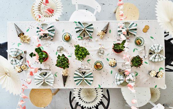 Draufschau auf einen gedeckten Tisch mit Partydeko