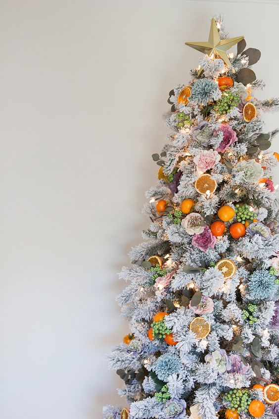 A very Cali Christmas tree with flowers, botanicals, berries, fruit Christmas tree DIY #christmastree #floralchristmas #christmas #christmasdecor