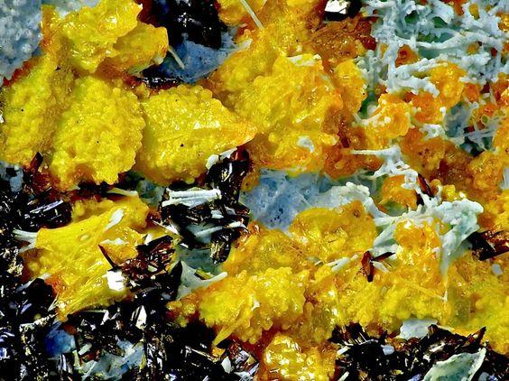 Fornacite sur Mimetite et Chrysocolle. Eagle Eye Mine, New Water District, La Paz Co., Arizona, USA Taille=4.5 mm Copyright Bebo