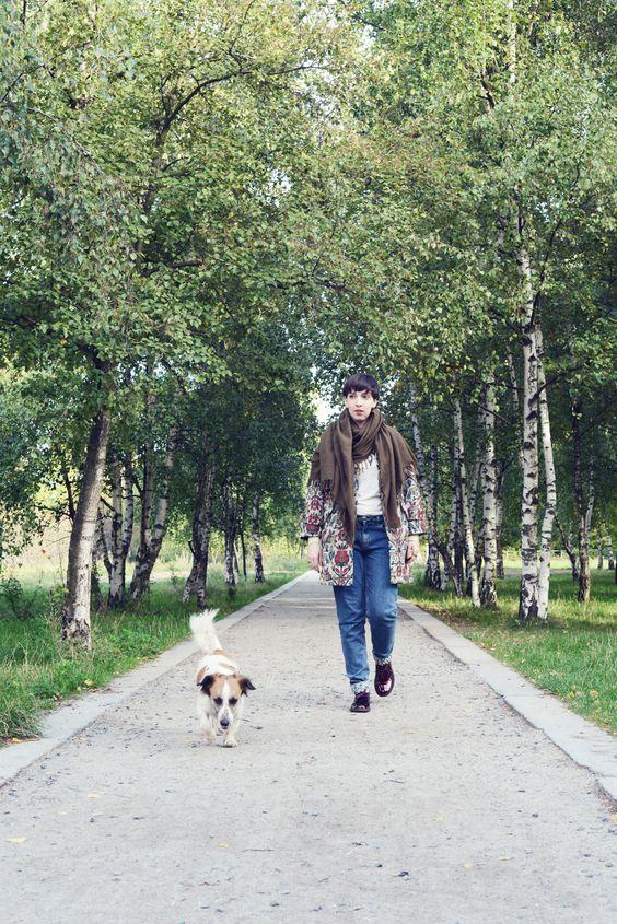 """Anna vom Blog Kalinkakalinka.de liebt die Natur im Mauerpark: """"Ein Stück Grün in der Großstadt und Start- und Endpunkt meines Tages. Dem Hund (Lothar) beim Toben zuzuschauen, nimmt einem die Schwere vom Tag und jeder einzelne Spaziergang ist anders."""" © Florian Wenningkamp - florianwenningkamp.de"""