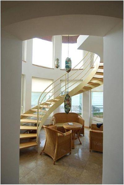 Bella casa situata in Romai-part costruita nel 1998. L'immobile di 422mq é diviso in 3 piani ed é composto da un grande soggiorno, 5 camere da letto e, da un'appartamento separato con 2 camere. La casa possiede, inoltre, un bel terrazzo di 40 mq. Nel piano seminterrato si trovano sauna, guardaroba, palestra e, lavanderia. L'immobile e' dotato di aspirapolvere centralizzato, sistema d'allarme e, aria condizionata.  Prezzo: http://www.isaro.it/vendita/IS195