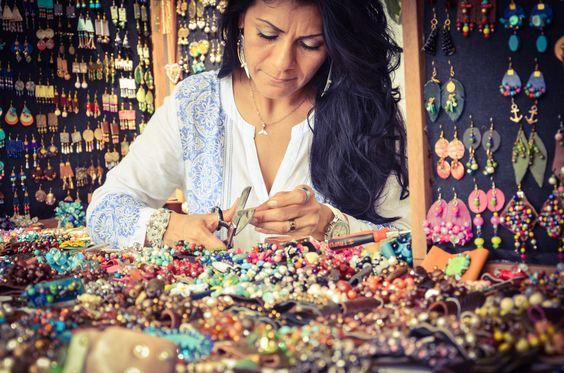 ella es lili, amiga de la familia y ella tiene un negocio maravilloso, hace pulseras y collares todo a mano, y esta foto la tome en el mercado de la cruz de huanacaxtle.