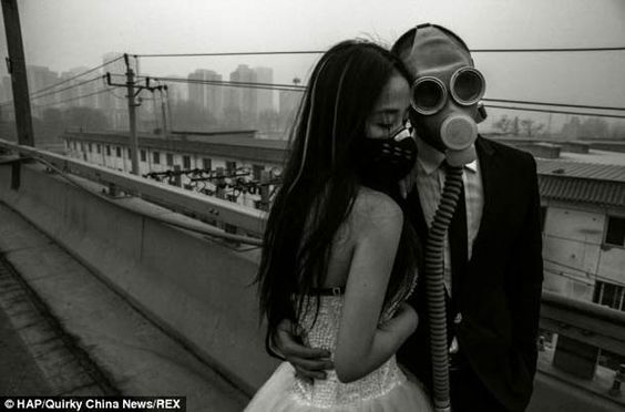 Un couple chinois porte des masques à gaz à leur marriage pour protester contre la pollution… (image)