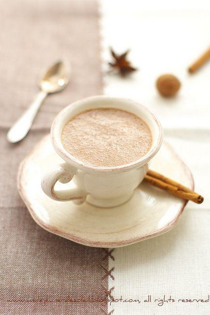 Smoothie aux épices, cacao et lait d'amandes
