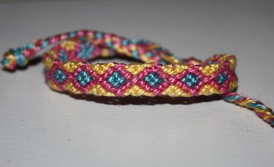 Dieses wunderbare Freundschaftsband beteht aus Sticktwist  und ist hangeknüpft.  Farben: gelb, rosa, türkis  Das Armband hat jeweils zwei geflo...