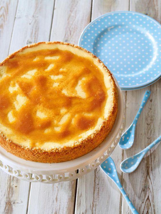 Schnell gebackener Käsekuchen mit Frischkäse und Crème fraîche im Belag und Karamell-Orangen-Soße