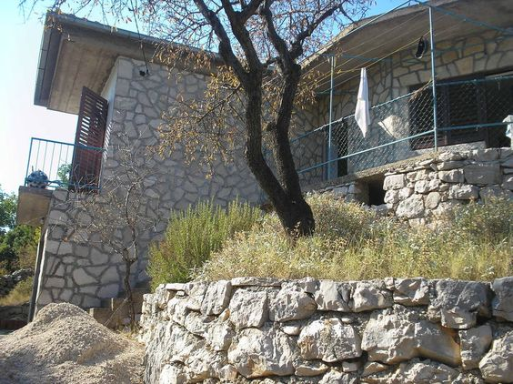 Maison à Gdinj/ bay Zaraca, Croatie. Rent a beautiful and comfortable holiday home in a quiet bay, warm Mediterranean climate throughout the year. House for 5 people, private parking, beautiful nature. The information ask at (SENSITIVE CONTENTS HIDDEN): (URL HIDDEN) , mob. 099/4923-266