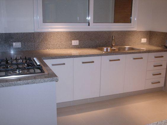 Melamina blanca detalle z calo de mesada elevado for Zocalos de aluminio para muebles de cocina