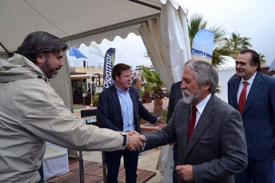 El equipo de Oliva Nova Beach & Golf Resort en el Salón Náutico Dénia saluda a las autoridades locales.