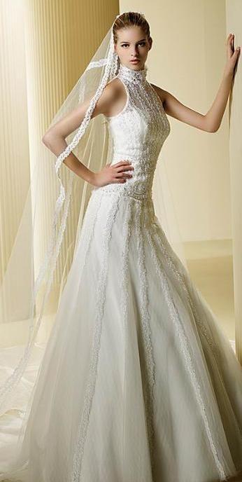 Vestido de novia con cuello cisne.