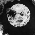 """Cuando se escucha el nombre de Georges Méliès es inevitable pensar en sus cortometrajes:El hombre de la cabeza de goma (1901) y Viaje a la luna (1902). Universos donde la imaginación era el medio para poder transmitir y formular la ironía con """"el toque a la Méliès"""". Y es que el trabajo del cineasta era …"""