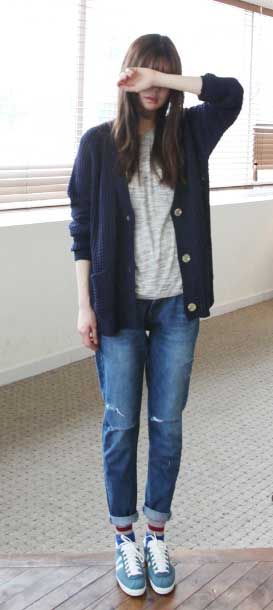 Long blue cardigans, jeans, sneakers and a white t-shirt.