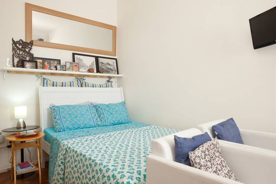 Apartamento em Rio de Janeiro, Brasil. Tiny world with the essentials for a perfect holiday in the city heart! Sunny, clean, functional, central! Join the party or watch it above the noise: tenth floor unobstructed view  of legendary Lapa.  Já imaginou achar um pequeno, acolhedor e col...
