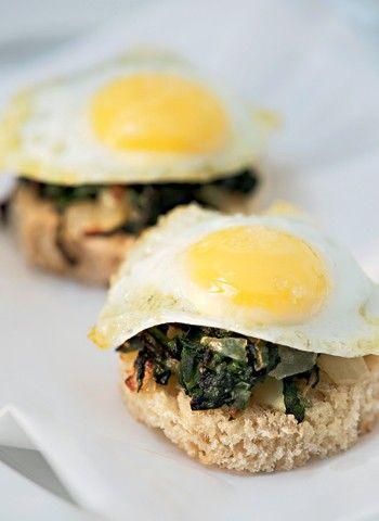 Ovos de codorna com espinafre e torradas (Foto:  Iara Venanzi )