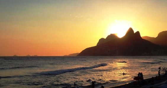 Sunset behind Dois Irmãos and Gávea hill rocks at Ipanema beach. Photo: Marcos Estrella.