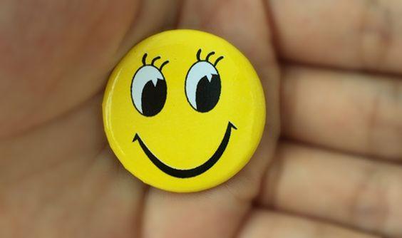 Huy hiệu nhựa cài áo mặt cười