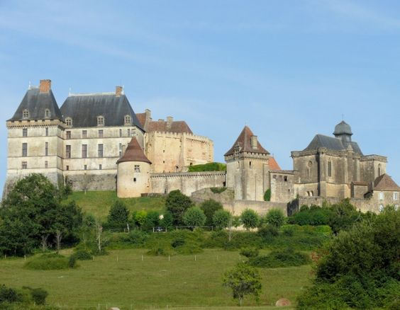 Biron : classé monument historique juché sur un éperon rocheux, le gigantesque château domine le village restauré de Biron aux pierres ocres...
