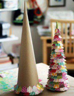 Que tal aproveitar a época de Natal para passar o dia com seu (s) filho (s) montando uma árvore customizada, com recortes e colagem, para decorar o quarto dele (s)...