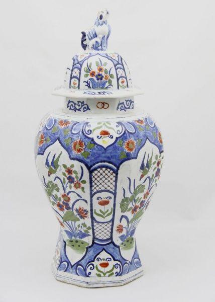 DELFT Grande ânfora ao gosto chinoiserie decorada nas tonalidades azul, verde e ocre com represent