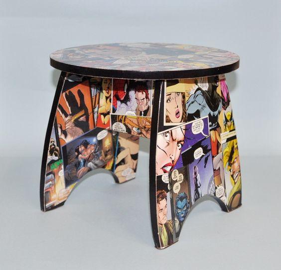 Banqueta em madeira toda trabalhada com colagem de quadrinhos de gibis, acabamento com friso preto, impermeabilizada, pés forrado