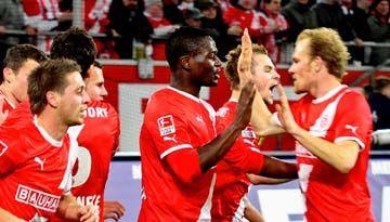 Nach einem sehr spannenden Relegationsfight (2:2) steigt Fortuna Düsseldorf in die 1. Bundesliga auf! Wir wünschen der alten Dame einen raschen Wiederaufstieg! Auch wenn es noch in der Nachspielzeit einen riesen Trubel der Fortuna Fans auf dem Spielfeld gab! Ein Wermutstropfen und es wird leider noch einige Diskussionen geben! Wir gratulieren trotzdem für die sporliche Leistung beider Mannschaften!