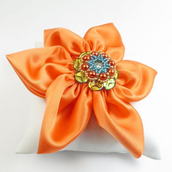 """ANNIVERSARIO DI SETA Doriana e Dino festeggiano i 13 anni di matrimonio, le """"Nozze di Seta"""". Ogni anno collezionano un oggetto simbolico a ricordare le loro promesse ed è toccato a me l'importante incarico di realizzare una creazione in seta.Al loro primo appuntamento Dino regalò a Doriana dei fiori color arancio: questa è la mia interpretazione della loro unione. https://www.youtube.com/watch?v=m7BpRQfdEoI  #raffaelladeangeli #prodottounico #fattoamano #artigianiitaliani"""