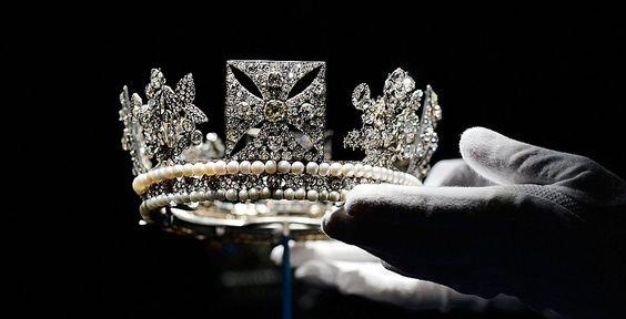 Diadème de Diamant porté par la Reine sur les timbres du Commonwealth britannique et qui figure également sur certaines pièces de monnaies et billets de banque.