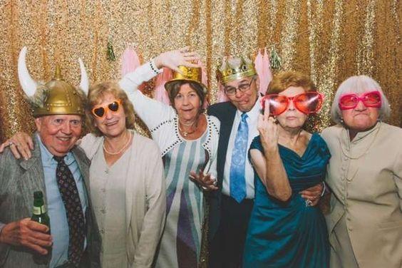 En installant un photobooth à leur mariage, ils n'imaginaient pas que les grands-parents seraient les plus stylés !: