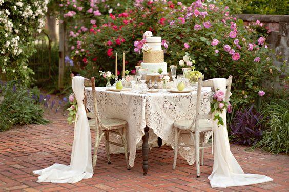 Honor table. Shabby chic Mrs & Mr table. Shabby chic wedding ideas.