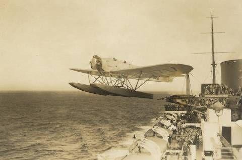 """Momento del lanzamiento por la catapulta del buque alemán """"Bremen"""" de un hidroavión Heinkel He12 para acelerar la llegada del correo a su destino"""