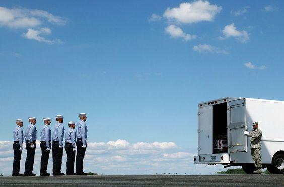 09.07.2009   US-Soldaten stehen stramm: Sie haben gerade den Sarg von...